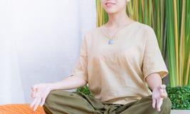 Kvinnor mediterar i thailändsk stil Arkivfoto