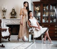 Kvinnor near spisen i lyxig inre royaltyfri foto