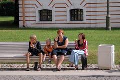 Kvinnor och barn äter glass Arkivfoto
