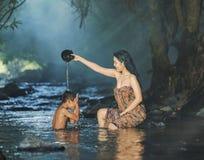 Kvinnor och barn som spelar strömmen Arkivfoton