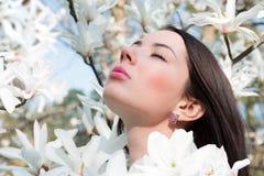 Kvinnor och blommor av magnolian Royaltyfri Foto