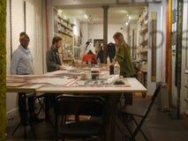Kvinnor och män är på tabellen och göraaffären Frankrike Paris, Montmartre, rue Bochart de Saron 20 10 2018 arkivfoto