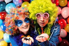 Kvinnor och män som firar på partiet för helgdagsafton eller karneval för nya år arkivfoto