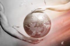 Kvinnor och mäns händer stöttar jordklotet av planetjord Runt om det plast- skräpet för flyga Begreppet av att bevara jorden vektor illustrationer