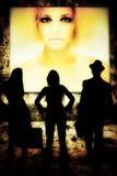 Kvinnor och man som framme plattforer av ung kvinna på Royaltyfri Foto