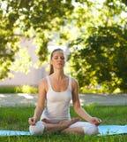 Kvinnor och Yoga fotografering för bildbyråer