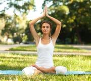 Kvinnor och Yoga royaltyfria bilder