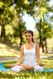Kvinnor och Yoga royaltyfri fotografi
