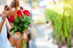 Kvinnor ordnar blommor arkivbild