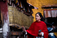 Kvinnor på den koraJokhang templet Lhasa Tibet Arkivfoton