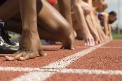 Kvinnor på den startande linjen som är klar att springa Arkivbild