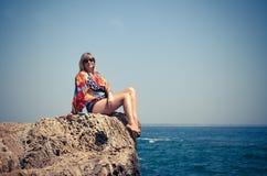 Kvinnor på en vagga vid havet mot himlen fotografering för bildbyråer