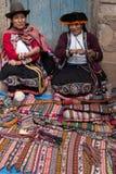 Kvinnor på marknaden Royaltyfri Bild