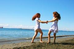Kvinnor på stranden Arkivfoton