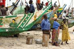 Kvinnor på stranden i Winneba, Ghana arkivbild