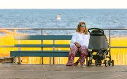 Kvinnor på strandstrandpromenad royaltyfri fotografi