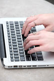 Kvinnor på universitetmaskinskrivning på en dator Fotografering för Bildbyråer