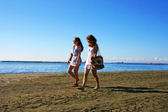 Kvinnor på strand Arkivfoto