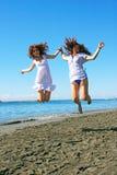 Kvinnor på strand Royaltyfria Bilder