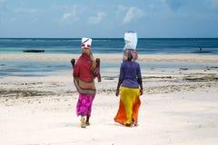Kvinnor på stranden, Zanzibar ö, Tanzania Arkivbild