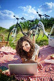 Kvinnor, picknick och dator! Royaltyfri Foto