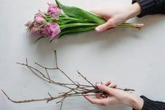 Kvinnor räcker och blommar kvinnor dagen för ` s Arkivbilder