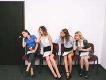 Kvinnor råka få höra vakans för intervju för konkurrent` s royaltyfria foton