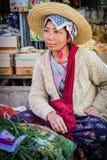 Kvinnor säljer grönsaker på marknaden Arkivfoton