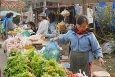 Kvinnor säljer mat på gatamarknaden i Luang Prabang, Laos Arkivfoto