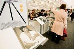 Kvinnor ser böckerna i ett avsnitt av Taschen Fotografering för Bildbyråer