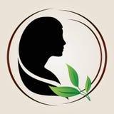 Kvinnor silhouette med gröna leaves Royaltyfri Bild