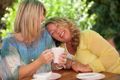 Kvinnor skratta för bästa vän royaltyfri fotografi