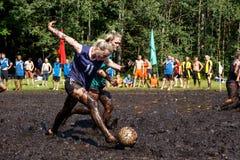 Kvinnor slåss för bollen i den öppna vitryska mästerskapet på träskfotboll Royaltyfria Bilder