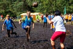 Kvinnor slåss för bollen i den öppna vitryska mästerskapet på träskfotboll Royaltyfri Fotografi