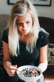 Kvinnor som äter den sunda frukosten i morgonsolen royaltyfri fotografi