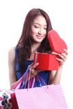 Kvinnor som öppnar den röda asken Fotografering för Bildbyråer