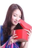 Kvinnor som öppnar den röda asken Royaltyfri Fotografi