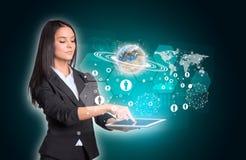 Kvinnor som använder den digitala minnestavlan och Arkivbilder