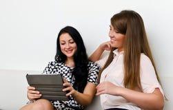Kvinnor som använder tabletPCen Arkivbilder