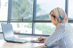 Kvinnor som arbetar med datoren för design och kodifierar program royaltyfria foton