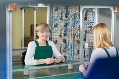 Kvinnor som arbetar på monteringsband Arkivfoto