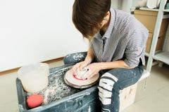 Kvinnor som in arbetar p? keramikers hjul studion arkivfoto