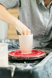 Kvinnor som in arbetar p? keramikers hjul studion fotografering för bildbyråer