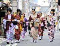 Kvinnor som bär den japanska kimonot Arkivbilder