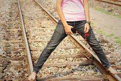 Kvinnor som bär jeans som rymmer en mobiltelefon royaltyfri foto