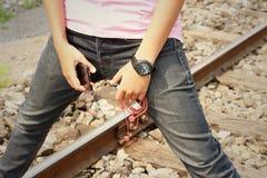 Kvinnor som bär jeans som rymmer en mobiltelefon arkivfoton