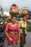 Kvinnor som bär offerings för att gifta sig Arkivbild