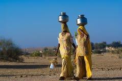 Kvinnor som bär vatten i Rajasthan Arkivfoto