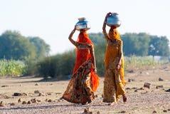 Kvinnor som bär vatten i Rajasthan Arkivbilder