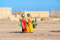 Kvinnor som bär vatten i Rajasthan Royaltyfria Foton